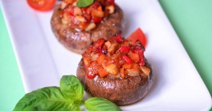 Как приготовить фаршированные шампиньоны с помидорами в духовке