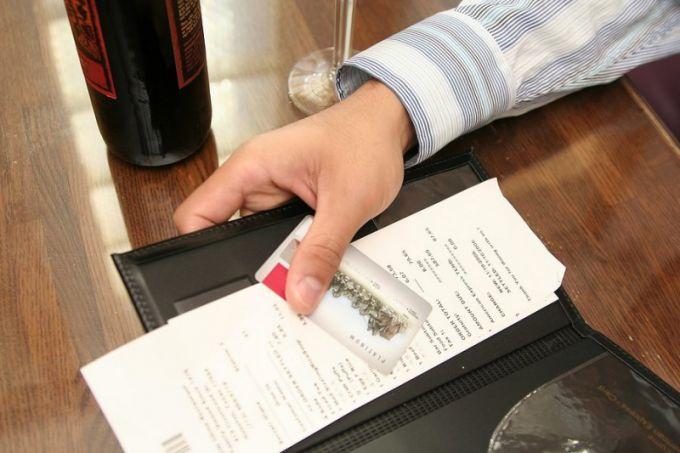 Почему отели могут списывать с карты деньги