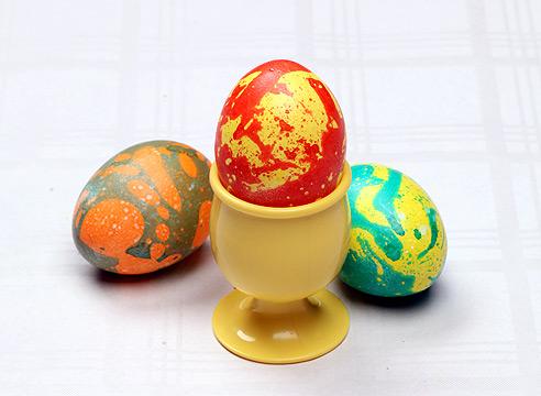 Как покрасить яйца двумя цветами