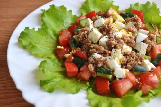 Как приготовить салат с тунцом, свежим огурцом и яйцом