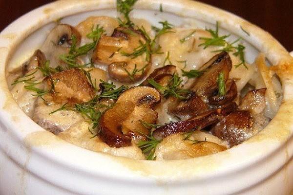 Как приготовить запечённые грибы в сметане в горшочках