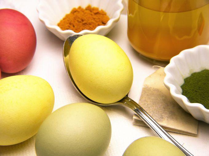 Как покрасить яйца куркумой