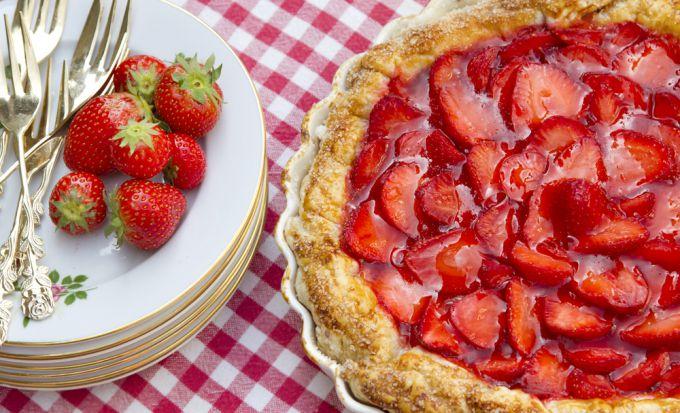 Как приготовить открытый пирог с клубникой в духовке: пошаговый рецепт