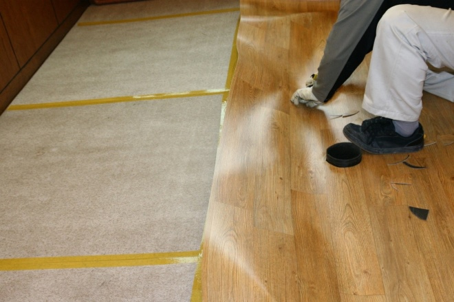 Как удалить старый линолеум или ковровое покрытие
