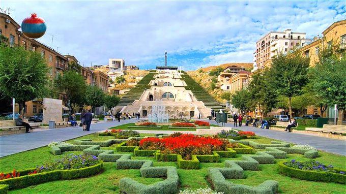 У подножия Большого Каскада в Ереване
