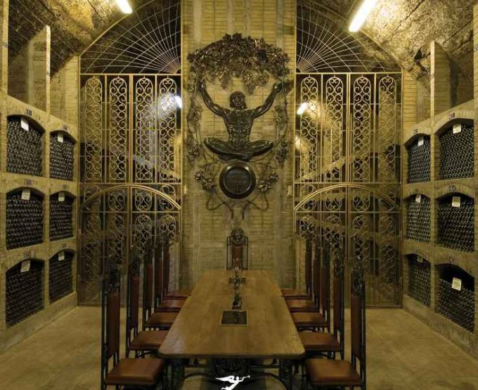 Самое посещаемое место на заводе - богато украшенный дегустационный зал.