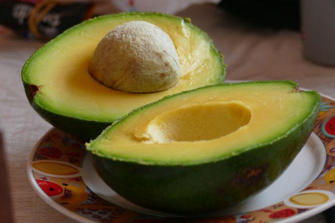 Авокадо стал популярен благодаря высокому содержанию моно-ненасыщенных жирных кислот