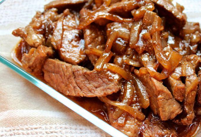 Как приготовить тушеную говядину с луком