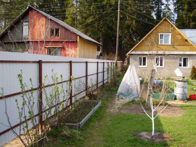Какое расстояние до забора соседей нужно соблюсти при постройке дачного дома