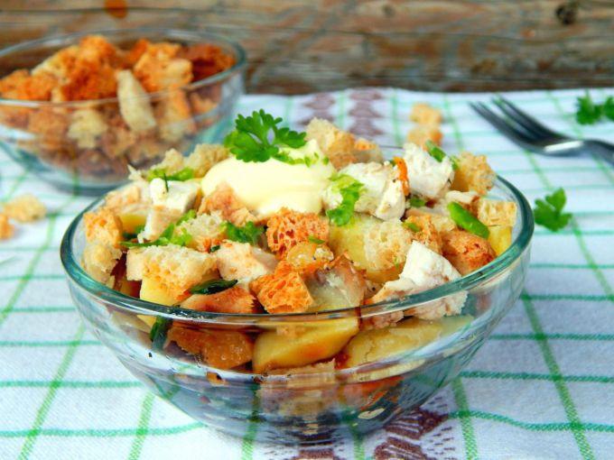 Как приготовить салат с копченой курицей и сухариками