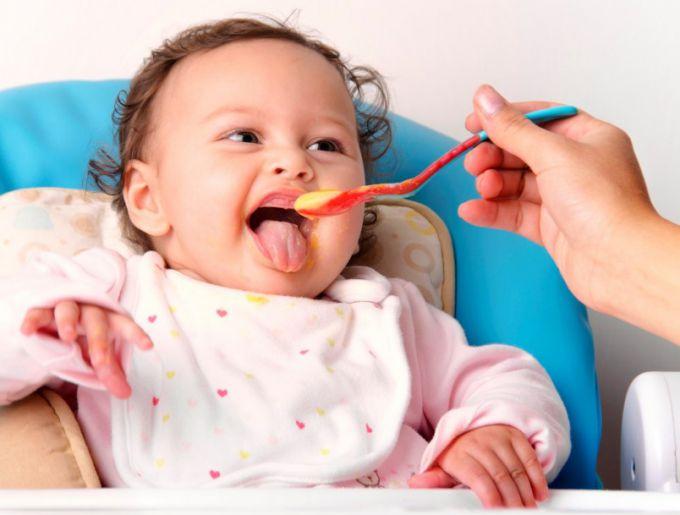 Питание ребенка: как правильно вводить прикорм