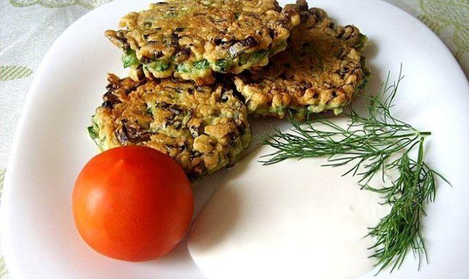 Луковые котлеты с соусом и овощами
