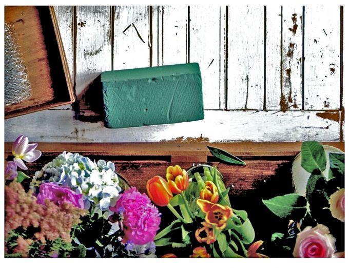 Флористическая губка и цветы