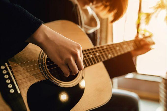 Как научиться играть на гитаре: пошаговая инструкция