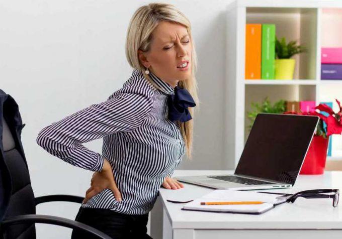 Топ-3 упражнения от боли, не вставая со стула