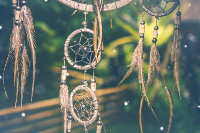 На елку или на новогодний веной вместо банта и лент можно подвесить уловителей снов
