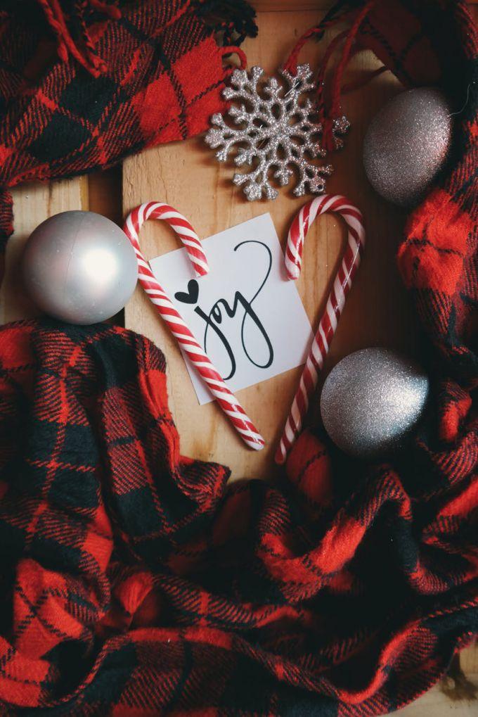 Из старых пледов, шарфов можно сделать уютные новогодние декорации или использовать их для оформления интерьера