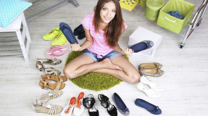 Женщина выбирает удобные туфли