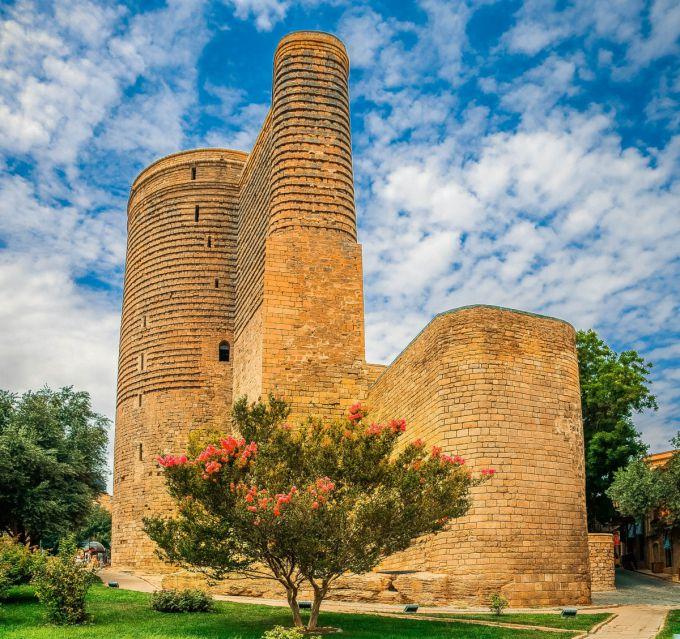Знаменитая Девичья Башня (азерб. Qız Qalası) в центре Баку