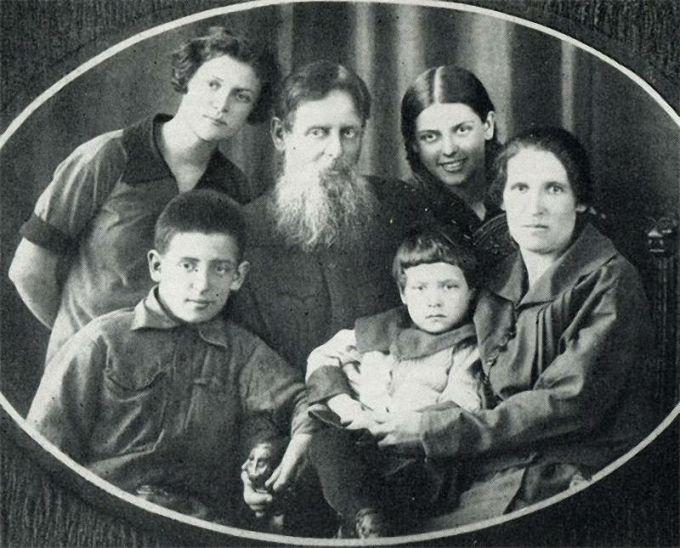 Павел Бажов со всей семьей