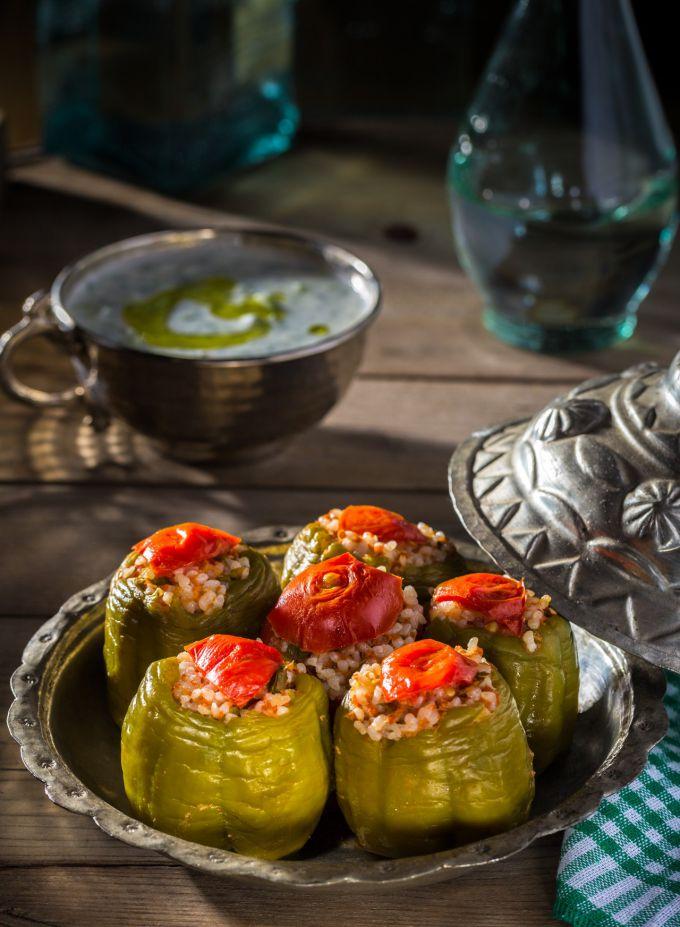 Как приготовить перец, фаршированный пшеном с овощами под греческим соусом