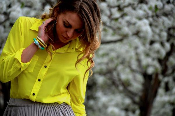 C чем носить жёлтую блузку?