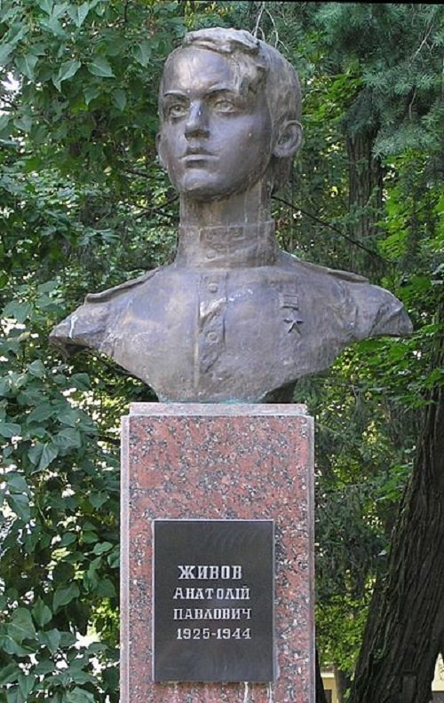 Памятник Анатолию Живову