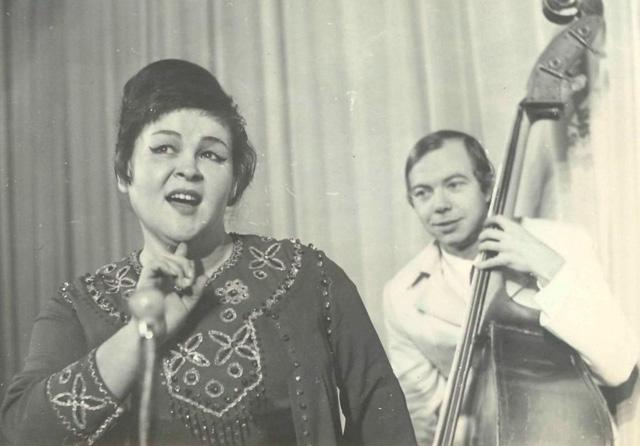 Поет Екатерина Плотникова