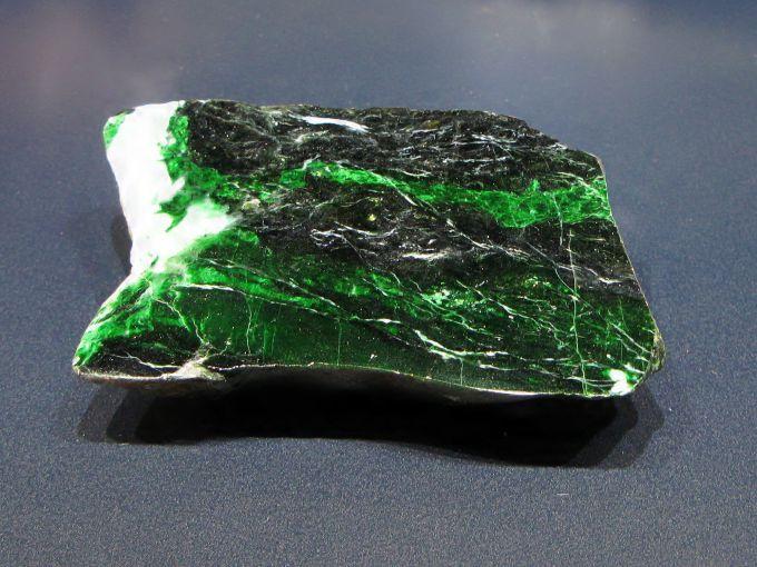 Необработанный камень нефрит