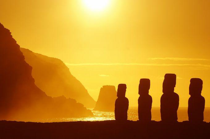 Статуи острова Пасхи на закате